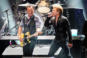 Bruce Springsteen och Jon Bon Jovi sjöng för offren för stormen Sandy vid stödgalan i New Yorks Madison Square Garden.
