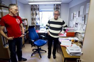 Miljöhandläggarna Herman Claesson och Anders Bergqvist blev tagna på sängen när de fick veta att Bromsäng även lagrat 5 000 ton avfall bestående av stålpartiklar.
