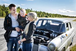 Elias Linder och Frida Johansson har bilen som sitt stora intresse och sonen Colin får ofta följa med på olika motoraktiviteter.