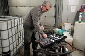 Hylsnyckelsats och stora plastdunkar ingår i det beslagpolisen i Mora gjort. Polisinspektör Jan Gummås hoppas fler ägare ska fåt tillbaka sina föremål.
