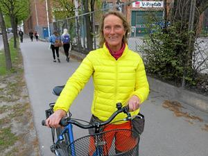 Fel sida. Marie Hansson tvingas ofta byta sida när hon möter gående som håller sig på sin högra sida. Att gå till vänster är bäst, då slipper man få cyklister och mopedister i ryggen, påpekar hon.