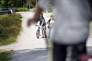 Emma Casadevall Sayera lär Hifaa Hsen att cykla.