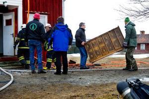 Kurt Aronsson, till höger, och övriga grannar hjälpte till att rädda så mycket som möjligt av möbler och andra föremål från vattenskador.