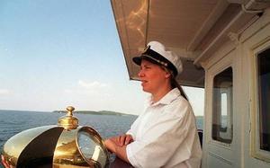 På somrarna kör hon ångbåt men i helgen kör hon filmprojektor. Margareta Hallenborg basar för film-festivalen i Kälarne.   Foto: jan LUthman