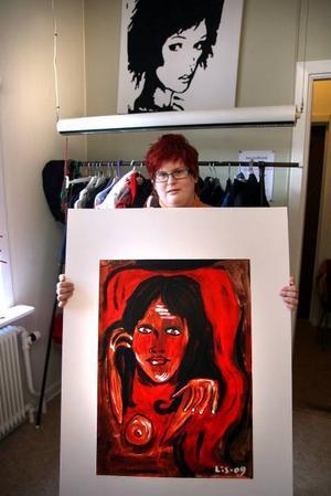 """MÅLAR. Louise Töresson brukar ofta måla tavlor när hon är i verkstaden. Nu blir det inte lika ofta som förut, eftersom hon just börjat på en utbildning. """"Det är jättekul. Jag har inte kunnat göra något på sju år så det känns som ett jättestort steg"""", säger hon.TEXTILT. Hemsydda kuddar med egna tryck har blivit populärt i verkstaden."""