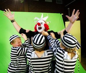 Sångaren Hans B Andersson – Clownen Pucko – sträcker armarna i skyn och tillkallar superhjälten Bobba Snors hjälp.