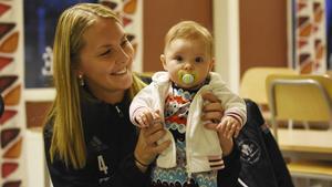 Anette Lundin, stjärnspelare i Sala Silverstaden, med dottern Alicia.
