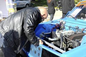 Jens Norrlund inspekterade motorn i rallycrossbilen som MK VMT Jämtland hade med sig.