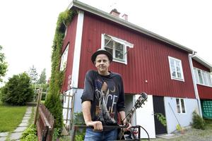 I slutet av 1990-talet lämnade Per Persson Stockholm och en 29 kvadratmeter liten lägenhet full med gitarrer och förstärkare för att flytta hem till Hälsingland. I dag bor han i ett rött hus i Bollnäs tillsammans med sambon Monica, dottern Emmylou, hunden Loppan och katten Julius.