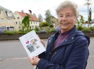 Lärarinnan Eivor Jansson har skrivit en bok om hela sitt liv från uppväxten i Värmland till ett långt lärarliv i Malung.