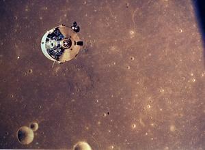 Columbia med Michael Collins ombord sedd från månlandaren.