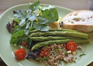 Grön sparris och citronkryddad kornristabbouleh är precis så vårfräscht som det låter.