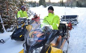Valter Forsberg till vänster och Leif Eriksson är beredda att ge sig ut på ännu ett arbetspass. De lägger ner många frivilliga timmar på att sladda snöskoterleder.