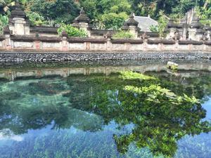 Den heliga källan i Tirta Empul utanför Ubud.