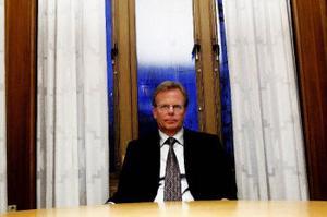 Hovrättens Lagman Håkan Lavén var med och mildrade påföljden för en Njurundabo som dömts för sexuella övergrepp på två flickor. Det som upprört många känslor och skapat debatt är att man samtidigt minskade kränkningsersättningen till den treåriga flickan drastiskt– för att hon sov genom övergreppen och alltså inte upplevde någon kränkning. Nu misstänker polisen en Stockholmare för allvarliga hot mot lagmannen med anledning av domen.