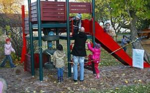 De besökande barnen lekte och hade jätteroligt på skolgården.