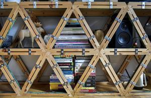 Den spektakulära hyllan med trianglar är en del av en inredning till ett konstprojekt i Tyskland som Moa hjälpte till med genom designgruppen Uglycute.