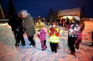 På söndagens Knutsfest i Amsberg dansade deltagarna sig varma.