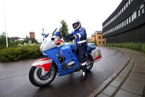 Ser fördelar. Sven-Erik Käck vid trafikpolisen i Dalarna anser att motorcyklar är mycket effektiva och att de kan användas mer är som är fallet i dag. Foto:Kjell Jansson