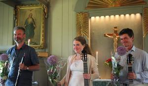 Fredrik Söhngen, Liv Skareng och Per Skareng med välförtjänta blommor efter konserten.