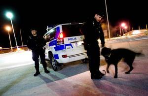 """Är det lugnt i ett område patrullerar hundförarna en stund och åker sedan vidare till nästa.""""Det kan vara Brunflo, Odensala, Lugnvik, ofta får vi tips av ungdomsgruppen om var det kan vara aktiviteter"""" säger Mats Milling."""