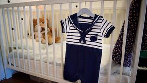 Att låta sommarkläderna hänga framme är ett fiffigt stajlistknep som även fungerar i barnrummet. Den söta sjömansdressen är ett loppisfynd.