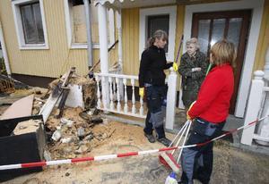 Signe Olofsson träffade brandsanerarna Elise Danielsson och Maria Lindeberg när hon igår besökte sitt brandskadade hus.