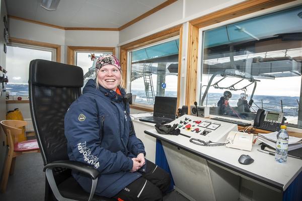 – Det är kul när det är mycket folk och liv och rörelse, säger Kristina Carlqvist som är liftvärd på toppen av Funäsdalsberget.