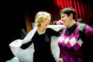 Lena Rasten provar hur ett kedjetäcke känns på ryggen. Kompisen Linda Hansson som lider av psykisk ohälsa skulle vilja ha ett bolltäcke, men landstinget betalar inga kostnader för ett sådant.Foto: Robert henriksson