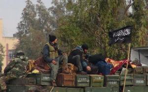Islamistisk rebellgrupp i Syrien med ammunitionslådor. Foto: Anonymous