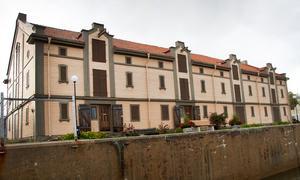 Långtgående planer på lägenheter i gula magasinen fick avbrytas när kommunen stoppade försäljningen.