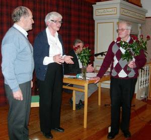 Lars Backskog avtackar avgående ordföranden Kerstin Grupp och kassören Eric Rörborn. I bakgrunden skymtar mötesordföranden Stig Göransson.