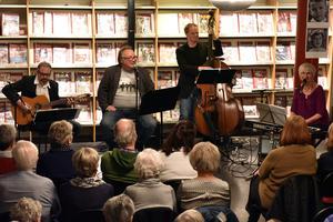 Hela gänget samlat: Per Flodén, gitarr, Janne Bäckman, sång, Anders Olsson, bas och Karin Green, sång och piano.