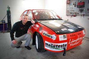 Dan Ljungberg visar stolt upp bilen som han byggt tillsammans med sin bror Johan Ljungberg.