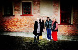 """Tina Stafrén, fotograf, Louise Toresson, copywriter, och Johan Hallström, AD, är tre av upphovspersonerna bakom mat- och livsstilsboken """"Smakfulla avkrokar i Jämtland och Härjedalen"""". Fia Gulliksson har stått för receptbearbetningen och är även en av de nio kvinnliga företagare som porträtteras i boken.  foto: Henrik Flygare"""