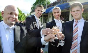 Rektor Roger Wallgren kunde skåla med sina elever, Victor Pettersson, Harald Hans-Ers och Johan Jörnelind.