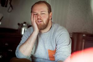 Carl Hedlund planerar att bo ensam på Agön i 169 dagar den här vintern. Hans enda sällskap är en hund.
