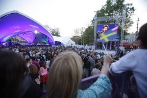 En entusiastisk publik följer tävlingen på storbildskärm på Gustav Adolfs torg i Malmö 2013.