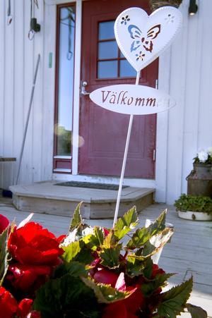 Sensommarsolen värmer och på bron står vackra blommor och glöder i solskenet. Pysslandet går i perioder.