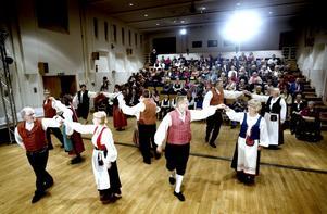 Föreningens dansgrupp Karkelo visade upp lekfull folkdans. Framträdde gjorde även barn- och ungdomsgrupper som också bjöd på dans och musik.