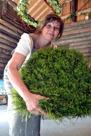Inga-Britt gör bland annat mattor av björnmossa.