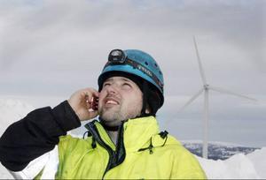 Andreas Lindström har kontakt med den tyska tekniker som jobbar längst upp på vindkraftverket.