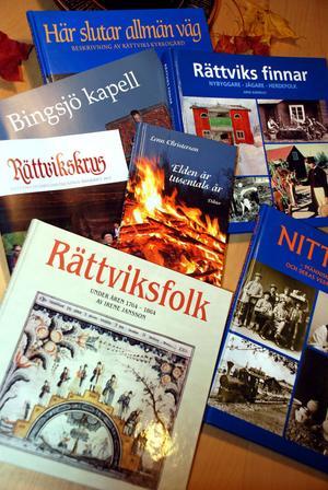 En del av den lokala bokproduktionen som utgivits förra året och tidigare.