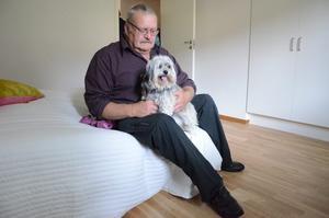 Med husse på lägenhetsvisning. Bengt Andersson och hunden Astrid tar en sittpaus under visningen av seniorboendet.
