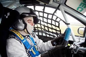 Simon Englund, 17 år, är yngste deltagaren i nästa veckas banracingtävlingar på flygplatsen på Frösön. – Farten och spänningen lockar. jag har hållit på med bilar sen födseln, säger Englund.