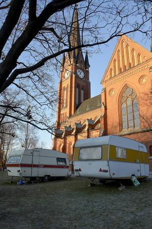 Svenska kyrkan har upplåtit sin mark för husvagnarna att stå på tills Sundsvalls kommun och välgörenhetsorganisationerna hittat en långsiktgare lösning.