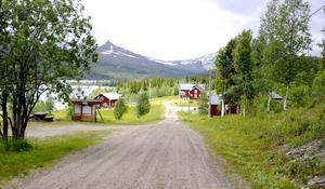I den lilla byn Härbergsdalen i Strömsunds kommun har inte den fasta telefonen fungerat på flera veckor. Snart försvinner också postgången då posten slutar att köra till byn. Byborna får då åka fyra mil enkel resa för att hämta posten.