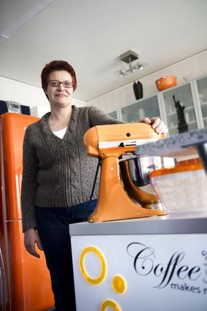 Annica Eriksson får fortsätta baka i skolan. Hon är glad för allt stöd hon fått.