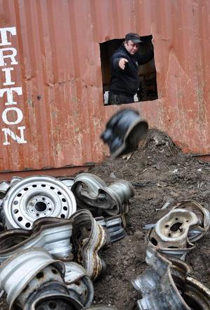 Genom det här hålet i containerväggen kastas de deformerade fälgarna ut.