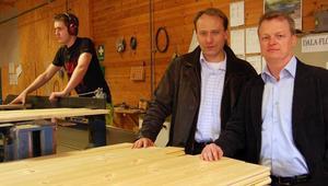 Hyvling. Nye vd:n Ulf Gabrielsson, till höger, och koncernchefen Bo Selerud tittar till hyvlingen av golvvirket. I bakgrunden ses Tobias Fridberg.